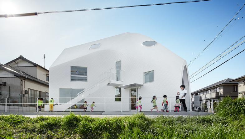 Una guardería infantil en Okazaki de madera y tejas de asfalto, de MAD