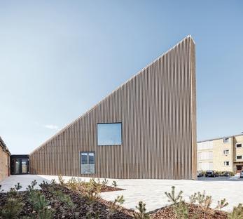La biblioteca de Tingbjerg, un proyecto de COBE con fachada revestida de tiras de ladrillos