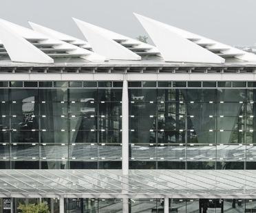 La estación de alta velocidad en Changhua con pilares huecos, de Kris Yao