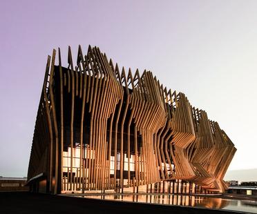 Showpalast por GRAFT Architekten en madera y vidrio