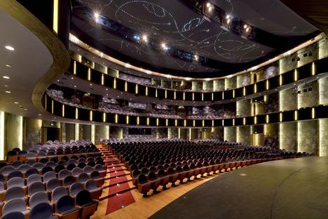 Wuzhen Theatre, de ladrillos, acero y vidrio, por Kris Yao