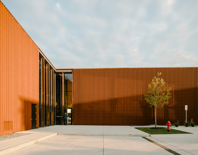 Smart Factory realizada en acero y madera carbonizada