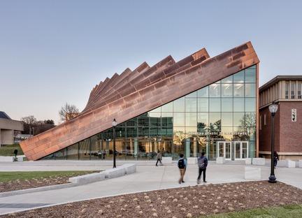 Vigas de acero recubiertas de cobre para la Isenberg School of Management, por BIG