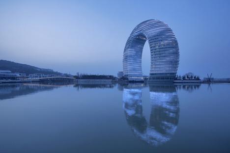 El Sheraton, un hotel anillo de cemento, cristal y aluminio, por MAD