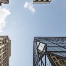 Edificio en Manhattan de cemento negro y vidrio, por OMA