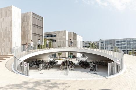 Colinas de cemento con forma de concha para la Karen Blixen Square, por COBE