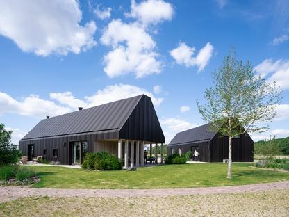 Una granja holandesa de aluminio y madera, por Mecanoo