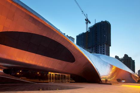 El museo de la escultura de madera, por MAD, es de acero pulido