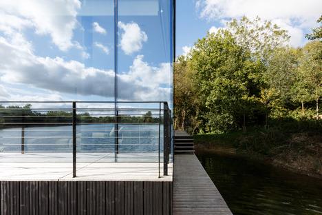 Villa de acero y vidrio sobre palos, por Mecanoo