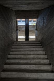 Casa reestructurada y transformada en una librería, con cemento y acero, por TAO Architects