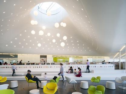 Fachada de vidrio con elementos fotosensibles para la biblioteca Springdale de RDHA