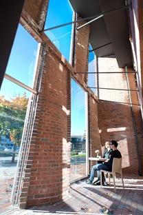 Ladrillos armados curvados en una fachada