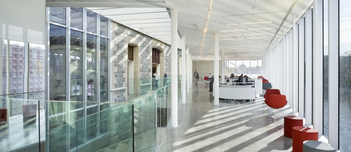 Reestructuración con acero y vidrio para la biblioteca sin libros, por RDHA