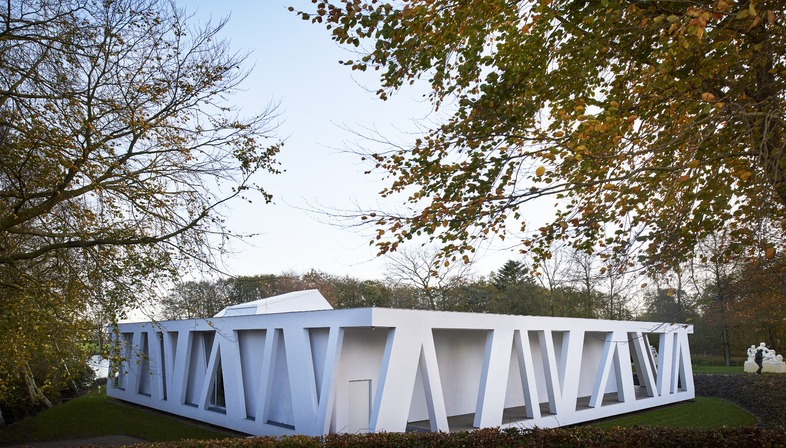 Una galería en el lago realizada con cemento armado, por Henning Larsen