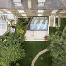 Una joya de madera y vidrio en un jardín, por Tsuruta Architects