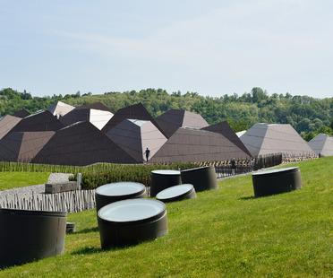 Piscina cubierta con estructura de acero y aluminio, por Enota architects