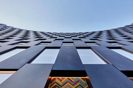 Fachada curva de acero para el edificio The Smile, por BIG