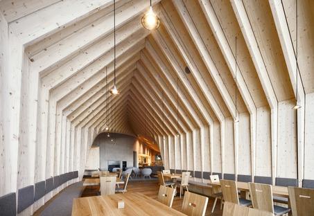 Refugio Oberholz de cemento y madera, por Peter Pichler