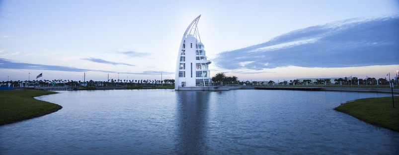 Una Torre realizada por GWWO, en Puerto Cañaveral, con fachada de pintura iridiscente