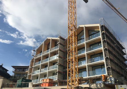 Reestructuración de un hotel con cemento, madera y vidrio, por Peter Pichler