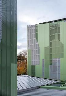 Reestructuración y ampliación con cemento prefabricado y fachada de aluminio microperforado