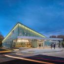 Una fachada translúcida con neón para la biblioteca de Carrollton