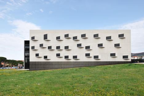Campus universitario de vidrio, acero y cemento, por Dekleva Gregoric Architects