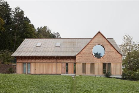 Casa de cemento y madera, por Innauer Matt Architekten