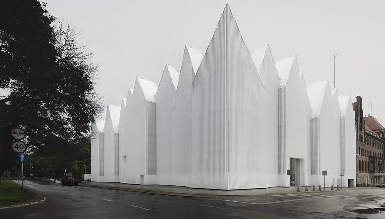 Una filarmónica de vidrio y aluminio, por Barozzi Veiga