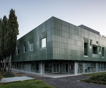 Fachada con doble capa de aluminio microperforado para la Casa Verde, por LDA.iMDA