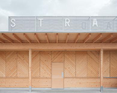 Establecimiento balneario lacustre de madera, por Matt Innauer